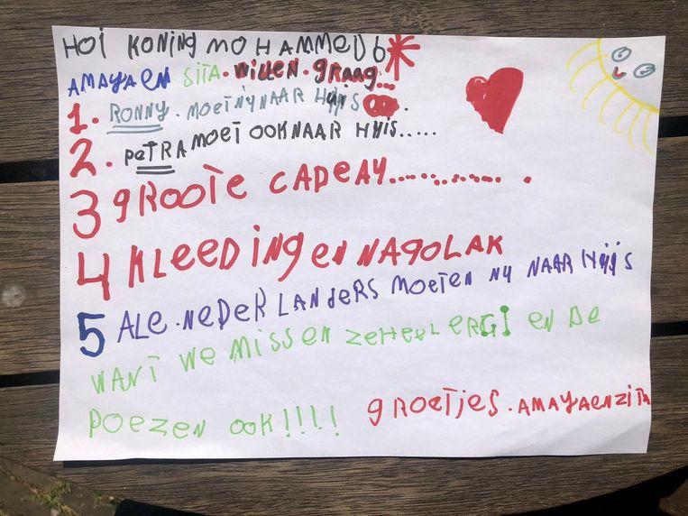 De brief van de Rotterdamse Amaya aan de Marokkaanse koning Mohammed VI, waarin ze vraagt of haar gestrande buren weer naar huis mogen vliegen. Beeld Privébeeld