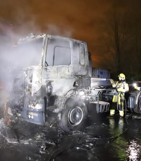 Cabine van vrachtauto brandt uit in Geldermalsen