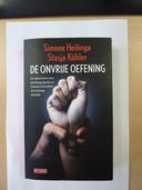 De cover van het boek 'De onvrije oefening' van Simone Hetinga en Stasja Köhler.