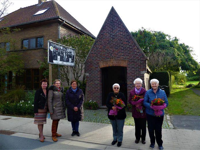 De wissel van de wacht in Poesele: Christiane Malfait, Monique De Witte en Nelly Madou nemen het onderhoud van de kapel over van Rosa Deolet, Janine Deolet en Brigitte De Clercq.