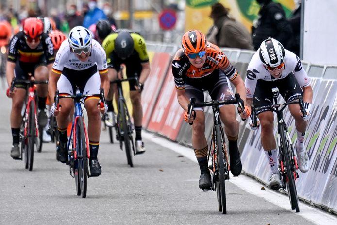 Lorena Wiebes (r) verliest de sprint van Jolien D'Hoore, maar wint alsnog na diskwalificatie van de Belgische..