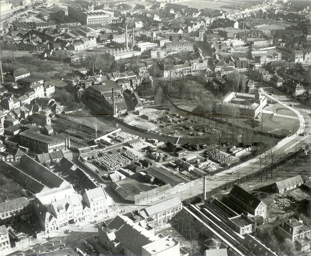 Het huidige Stadhuisplein en omgeving in Eindhoven in 1938. Toen was hier nog textielfabriek Den Bouw en de gemeentewerf gevestigd. Rechts is het Van Abbemuseum aan de Dommel te zien, onder loopt de Wal.
