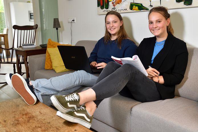 Annick (r) en Emilie aan de studie op de bank: ,,We hebben bedacht elkaars rekenmachine mee te nemen.''