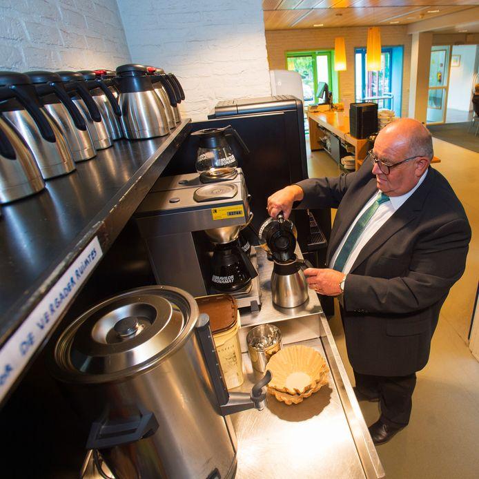 Koffie zetten, het is een van de vele taken van bode Harrie.