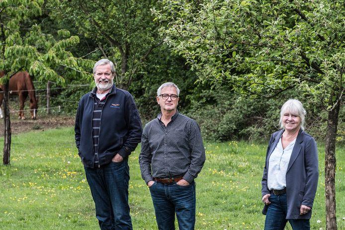 Jim Turner, Emile Reuhl en Wilfrie Linssen (vlnr) willen geen windmolens in de buurt van de Hatertse  en Overasseltse Vennen.