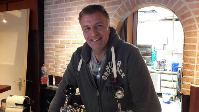 Oud-Hengeloër Hennie Analbers, oprichter van Step Up Now, achter de bar van het vroegere café SamSam.