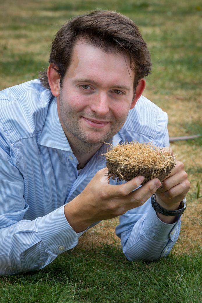 Een groene mat is in deze droge tijden voor veel tuinbezitters ver weg, ziet ook grasexpert Robbert Lauret.