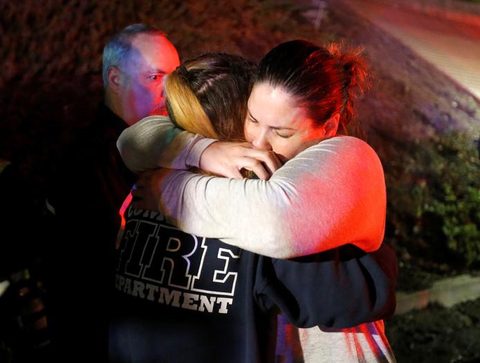 Mensen troosten elkaar na de schietpartij in de Borderline bar in Thousand Oaks