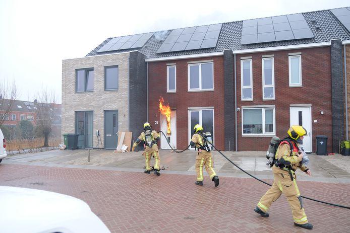 Bij een hevige brand in een huis aan het Agaat in Zoetermeer is vanochtend een bewoner gewond geraakt. Het slachtoffer is met brandwonden naar naar een ziekenhuis gebracht.