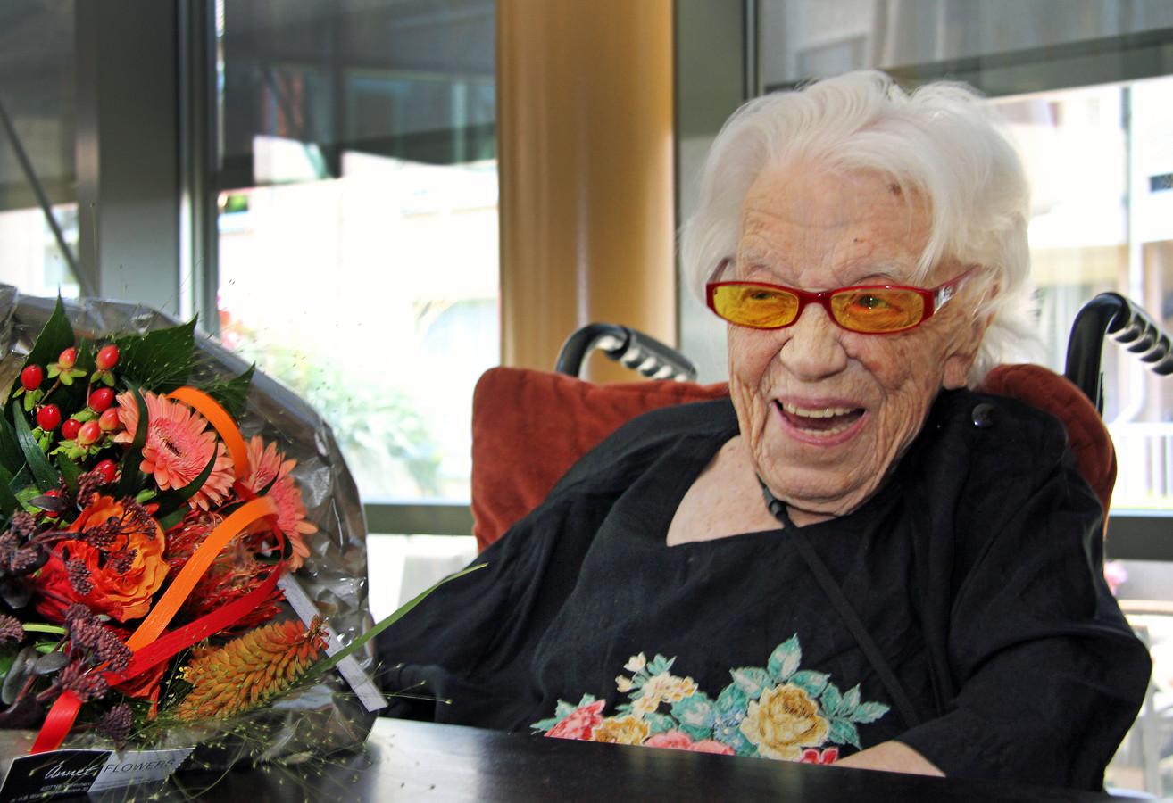 Geertje Kuijntjes heeft het op haar 111de verjaardag prima naar haar zin.