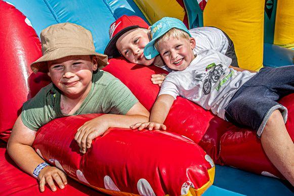 Noah, Josse en Eren amuseren zich in het springkastelendorp.