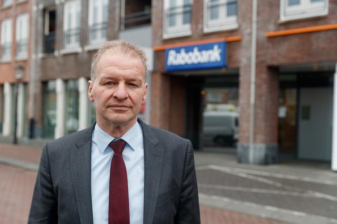 In de Rabobank-vestiging van Oudenbosch zijn ruim 100 kluisjes opengebroken. Johan Staes, directievoorzitter, staat ons en andere media te woord.