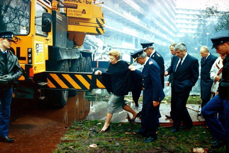 Koningin Beatrix bezoekt met onder meer premier Lubbers (m) de plaats van de ramp met het El Al-toestel. Beeld ANP