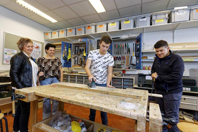 Stagebegeleider Mieke de Bresser, Wilma van Nieuwenhoven (moeder van Bradley), Gijs en Ibrahim, op de Hub-school in Boxtel.