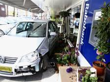Auto ramt gevel bloemenwinkel in Boxtel