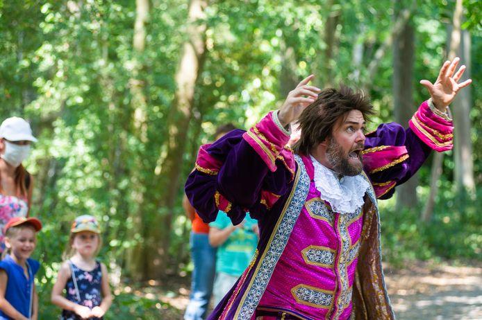 Tal van gezinnen genieten van de coronaveilige theaterwandeling 'Droomprinses in Dromenland', met onderweg verschillende bijzondere figuren.
