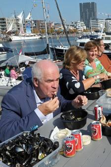 500 Belgen eten 660 kilo Zeeuwse mosselen aan langste mosseltafel