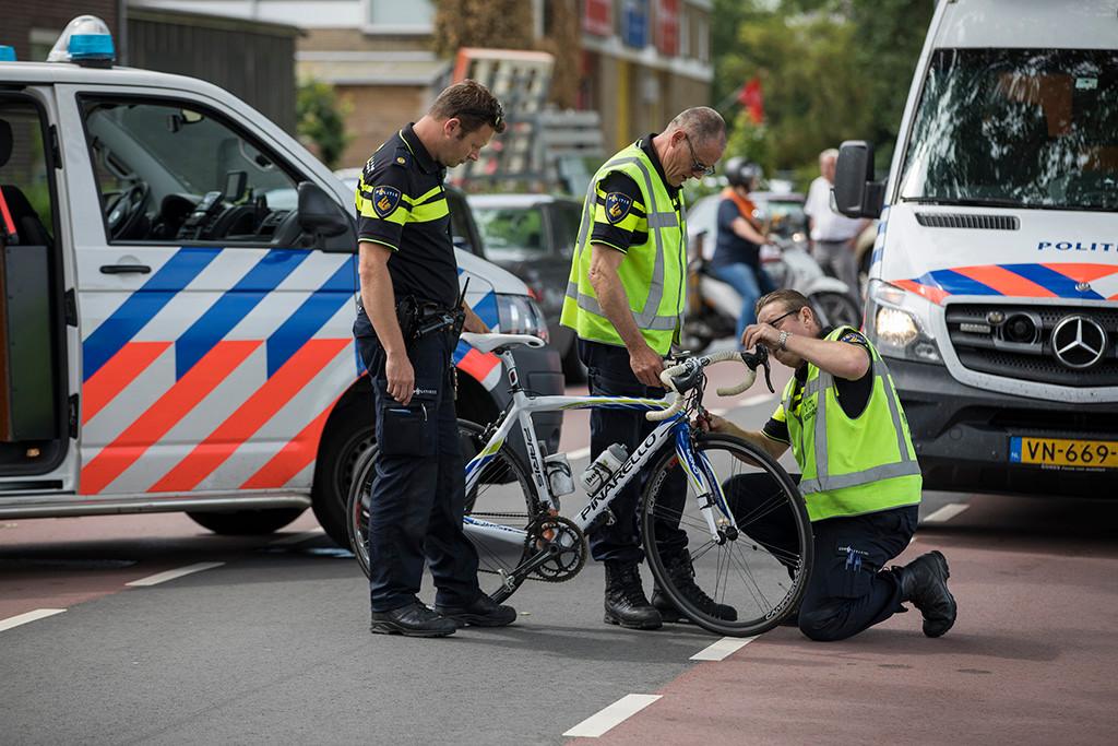 Een wielrenner in Abbenes in Noord-Holland was op slag dood nadat hij onder het wiel van een vrachtwagen terecht was gekomen.