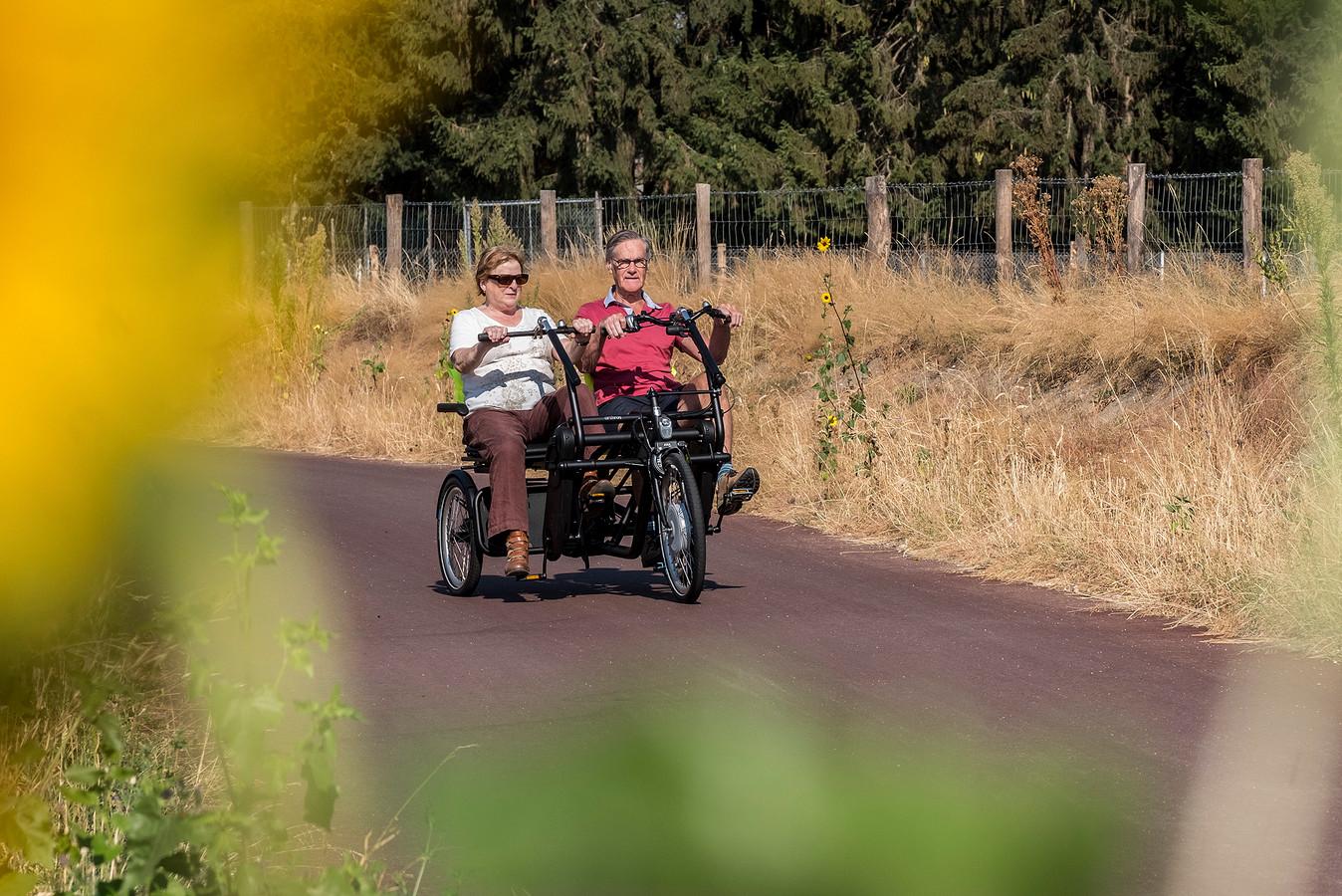 Mieke Bielschowsky en Piet van Eekelen maken een eerste ritje op de duofiets.   Foto Theo Peeters