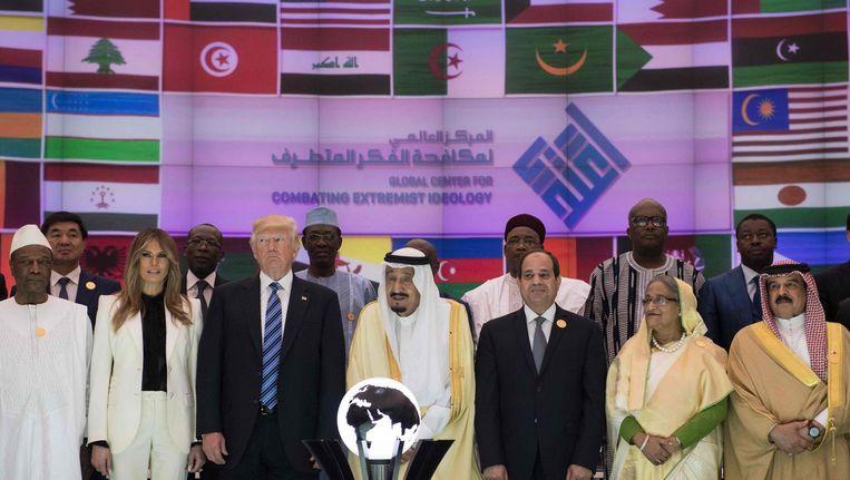 Donald en Melania Trump met in het midden de Saoedische koning Salman en daarnaast de Egyptische president Al-Sisi. Beeld afp