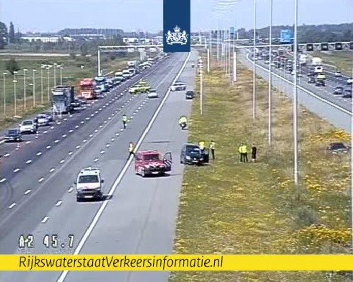 File op A2 bij Breukelen door oliespoor op de weg