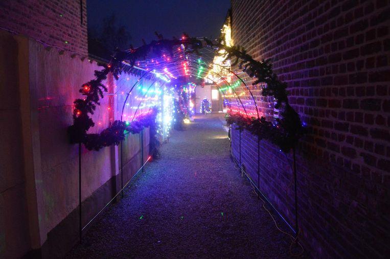 De lichttunnel die de doorsteek vormt naar de tuin.