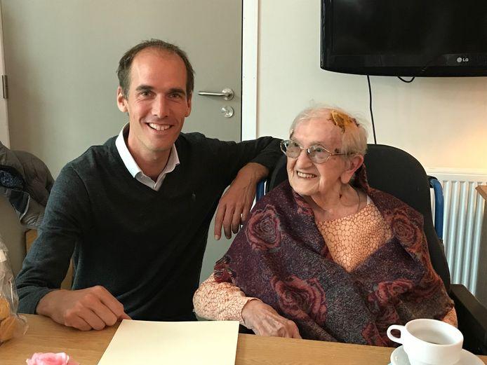 Maria kreeg op haar verjaardag burgemeester Jenne De Potter op bezoek.