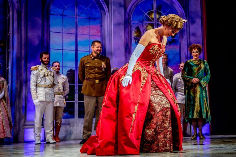 De cast tijdens het slotapplaus van de première van de musical Anastasia in het Afas Circustheater.  Beeld ANP