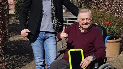 Rusthuisbewoner Jef ontvangt tablet van Toby Alderweireld