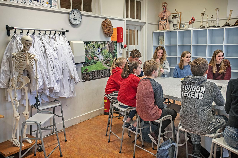Leerlingen van het Kennemer Lyceum in Overveen.  Beeld Guus Dubbelman/de Volkskrant