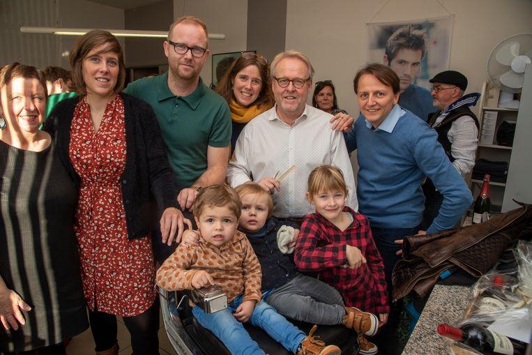 Kapper Wim Leirens stopt er na 46 jaar mee. Zijn laatste 'klanten' zijn kleinkinderen Lewis, Cas en Nina.