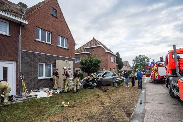 De vangrails in de voortuin van Eddy Daemen (boven) werden weggehaald, met alle gevolgen vandien: een auto miste de bocht en kwam in zijn gevel terecht.