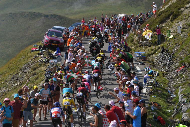 20 juli 2019: Coureurs op de Tourmalet in de Pyreneeën. Op de voorgrond in het geel Julian Alaphilippe, op tweede positie Steven Kruijswijk.  Beeld Tim de Waele / Getty Images