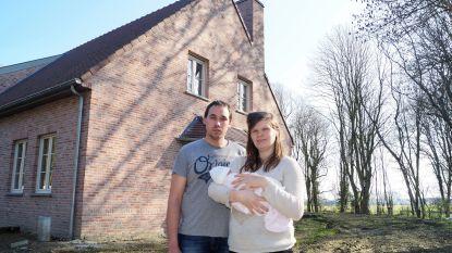 """Windmolenprotest flakkert weer op in Lichtervelde: kersverse ouders zouden tussen twee turbines wonen: """"Molens moeten op 300 meter van een woning staan, deze twee zouden op 200 meter van ons huis staan"""""""