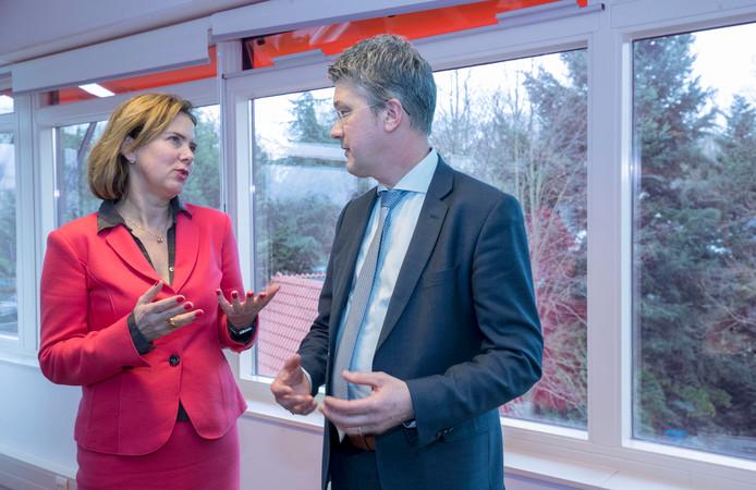 Minister Cora van Nieuwenhuizen praat met de Edese wethouder Leon Meijer.