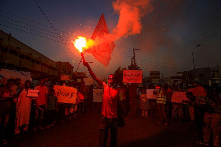Protesten in de hoofdstad Khartoem, begin juli, na een aanval in Darfoer waarbij drie boeren werden gedood. Beeld AFP / Ashraf Shazly