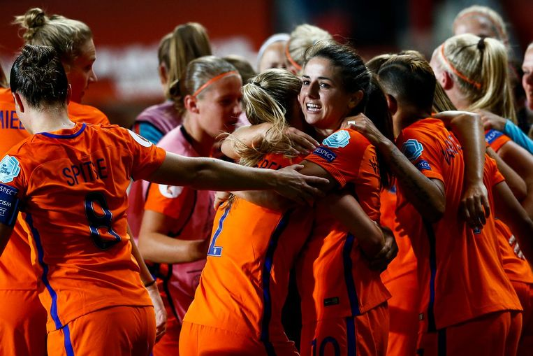 Danielle van de Donk van het Nederlands vrouwenelftal krijgt de felicitaties na het scoren van 2-0 tijdens de halve finale tussen Nederland en Engeland van het EK vrouwenvoetbal in het FC Twente Stadion. Beeld anp
