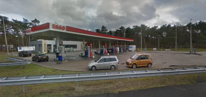 Esso-tankstation Willemsbos langs de A28.