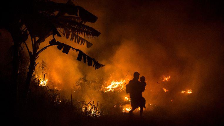 Brandende bossen op het Indonesische eiland Sumatra. Elk jaar opnieuw worden hier grote delen bos platgebrand om land vrij te maken voor landbouw, vaak palmolieplantages. De branden zorgen naast ontbossing ook voor intense luchtvervuiling in Indonesië en omringende landen. Beeld Getty Images