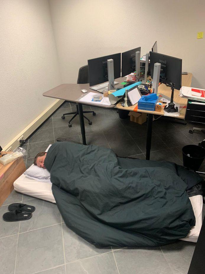 Leander van Lieshout slaapt de komende dagen op een matras op kantoor. Zolang de quarantaine duurt.