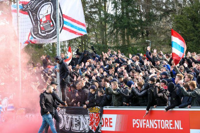 PSV-supporters bij een sfeeractie van hun club.