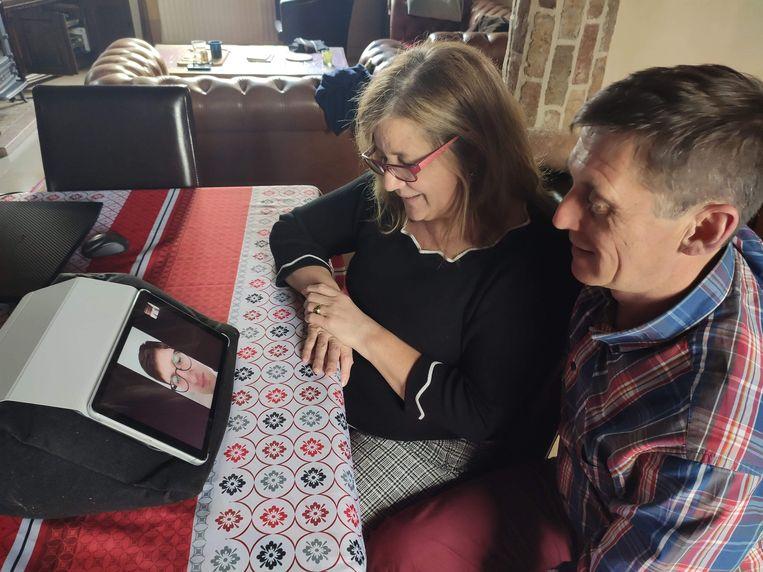 Ann en Geert chatten met hun dochter Amelie.