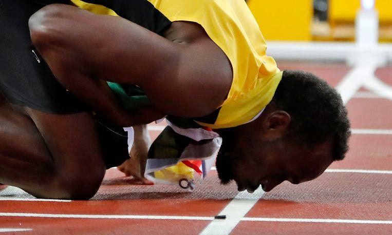 Usain Bolt kust de baan na zijn verloren WK-finale. Beeld EPA