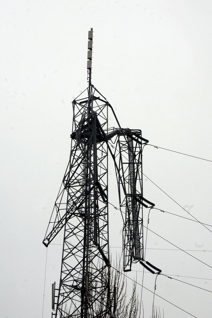 De gebroken hoogspanningsmast in Hurwenen, waar een Apache tegen aan vloog.