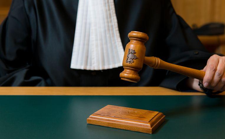 Een rechter slaat met een hamer na de uitspraak van een vonnis. Beeld ANP XTRA