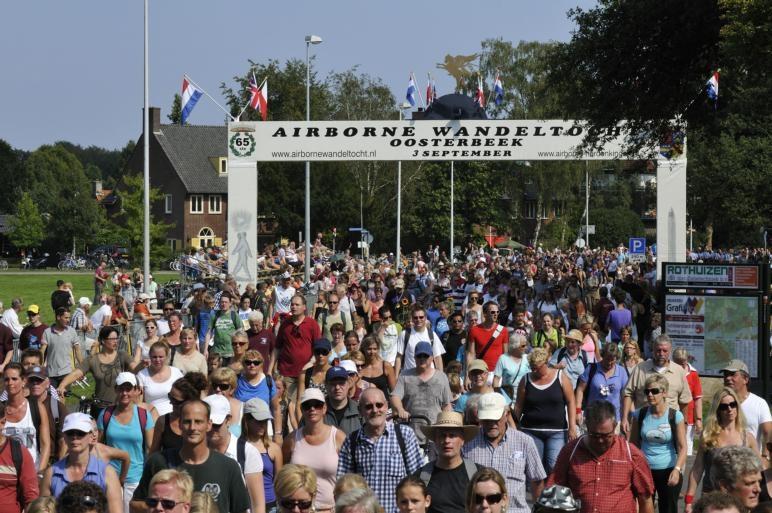 Dik 34.000 wandelaars trotseerden zaterdag de hitte om mee te kunnen doen aan de Airborne Wandeltocht in Oosterbeek.