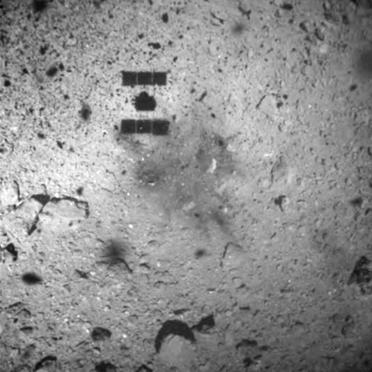 De schaduw van de ruimtesonde op het oppervlak van Ryugu, een ruimtekei die stamt uit het begin van ons zonnestelsel.