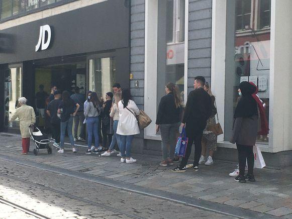 Allemaal in de rij in de Veldstraat, bij JD.