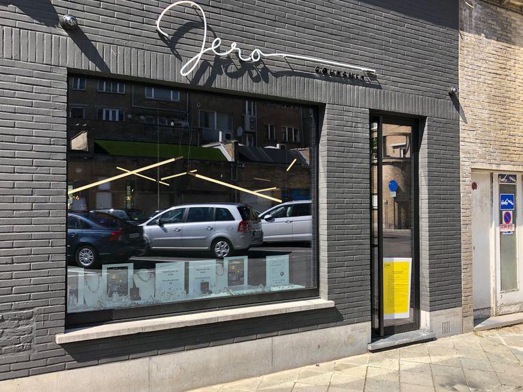 In de etalage in de Lijnbaanstraat kan binnenkijken in het atelier van Jelle.