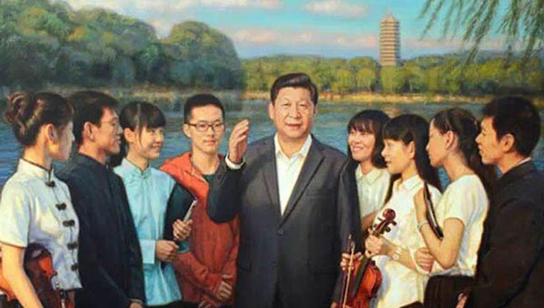 Een olieverfschilderij van president Xi Jinping, gebaseerd op bestaande foto's. Rond Xi groeit een persoonlijkheidscultus die doet denken aan de verheerlijking van leider Mao Beeld